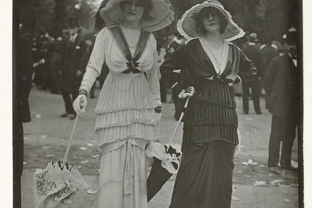 Foto, Twee vrouwen in een park, Parijs, Frères Seeberger, 1912, Rijksmuseum.