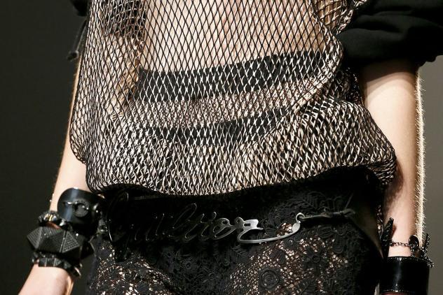 Close-up van de 'Madonna-look', Jean Paul Gaultier, lente/zomer 2013. Foto: Yannis Vlamos, bron: Vogue.com.