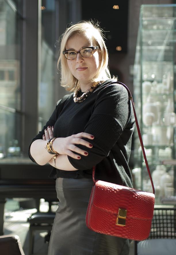 Jadwiga met haar Céline Classic Box Bag van rood pythonleer, foto ©Kenny Nagelkerke