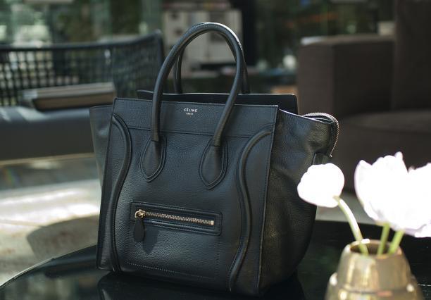 Blog Modemuze, Jadwiga Peters' zwarte Mini Luggage van Céline, foto ©Kenny Nagelkerke