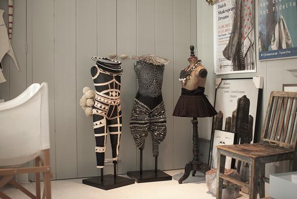 Op Afrika geïnspireerde kostuums van Rien Bekkers, foto Kenny Nagelkerke