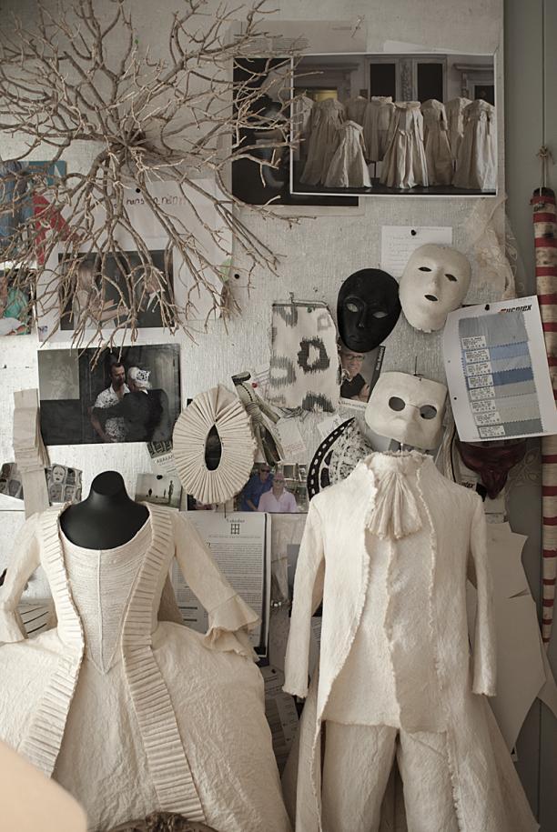 Kostuums van natuurlijke materialen, foto Kenny Nagelkerke