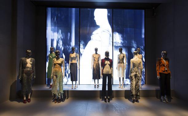 London, de eerste ruimte van de expositie laat stukken zien uit McQueen's vroege collecties, foto:  © Victoria and Albert Museum, London