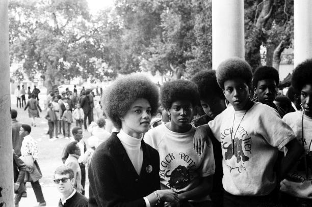 Modemuze blog Carmen Hogg Afro kapsel als statement Leden van de Black Panthers, gefotografeerd door Stephen Shames (gerepresenteerd door Steven Kasher Gallery). Bron: i-D.com.