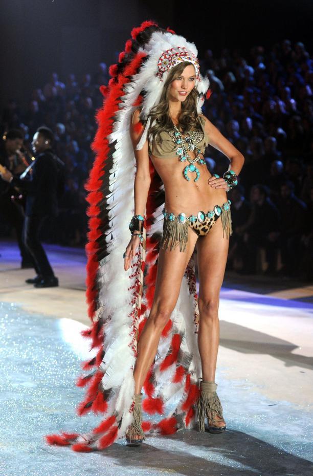 Luxe lingerielabel Victoria's ging ook over de schreef, getuige deze foto van model Karlie Kloss tijdens een show. Foto: Getty Images/Jamie McCarthy, via: Fabuloussites.com.