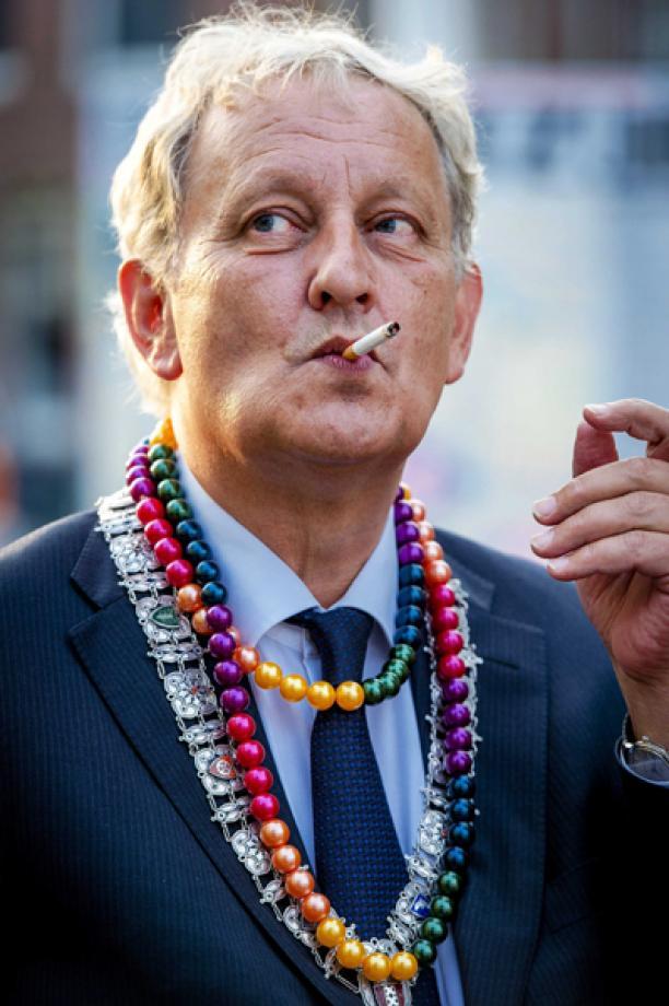 Burgemeester Eberhard van der Laan met ambtsketen van Harm Ellens en plastic kralenketting, 2013