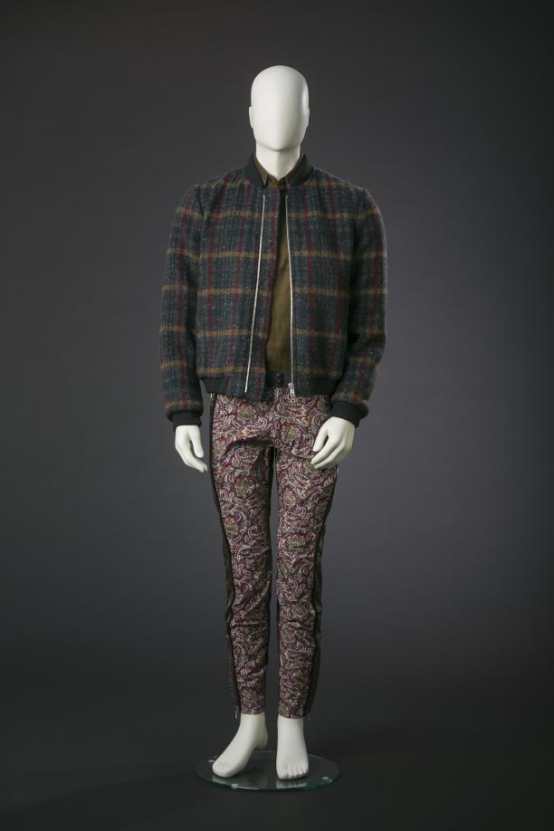 Dries Van Noten, geruite en gewatteerde bombervest, kakikleurige broek met paisleyprint, katoenen overhemd, hersft-winter 2013/14, Modemuseum Hasselt