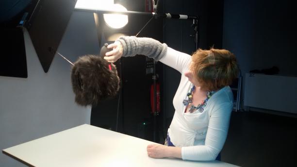 Fotograaf Monique Vermeulen blaast de haren van de mof de goede kant op voor de foto.