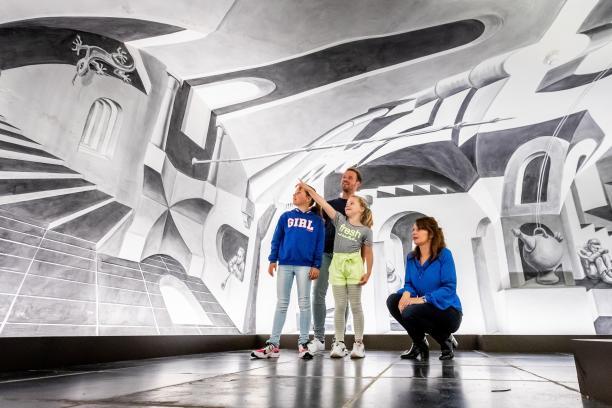 Foto van gezin in museum