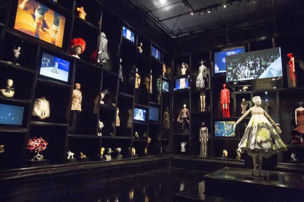 The Cabinet of Curiosities, het hart van de expositie laat 120 stukken en accessoires zien, begeleid door beelden van de catwalkshows, foto:  © Victoria and Albert Museum, London