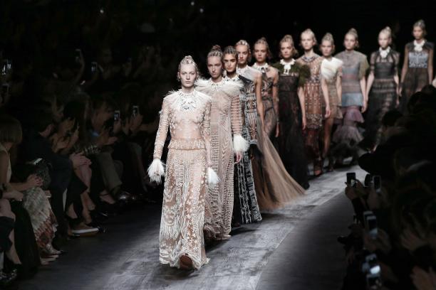 Cornrows en 'Afrika'-geïnspireerde creaties bij Valentino (lente/zomer 2016). Maar geen zwart model te bekennen. Foto: Getty Images/AFP/Patrick Kovarik, via: fabuloussites.com.
