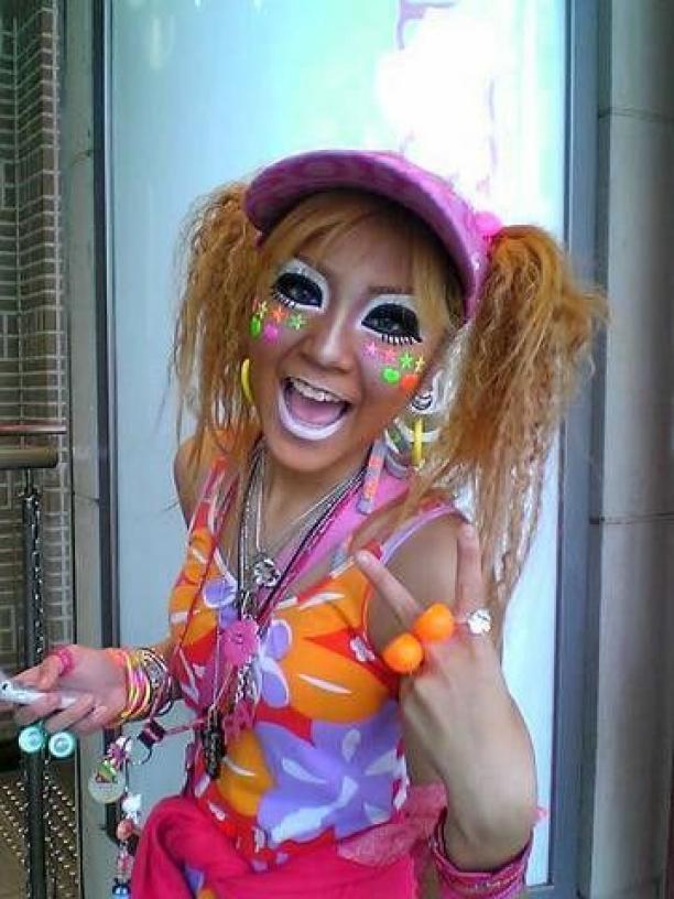 Jonge vrouw gekleed in ganguro-stijl.