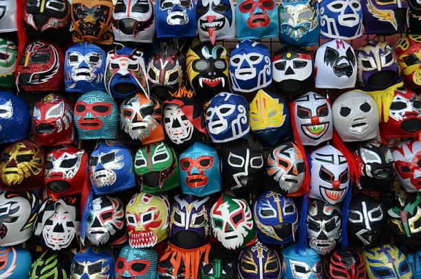 Lucha libre máscaras (Mexicaanse worstelmaskers) gevonden in San Fransisco. Foto: Jonathan McIntosh, via: Wikimedia Commons.