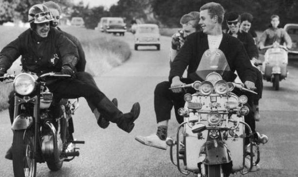 Mods en Rockers ontmoeten elkaar tijdens een rit.
