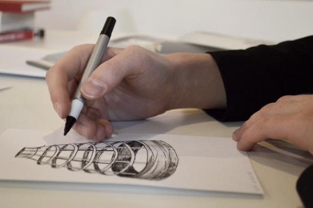 Illustrator David Ring aan het werk voor de Visuele Thesaurus voor Mode & Kostuums. Bron: MoMu.
