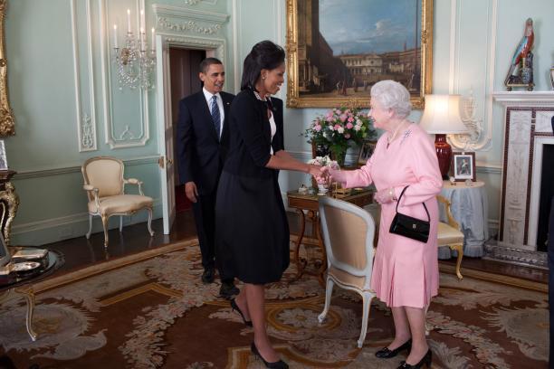 Barack en Michelle Obama op bezoek bij koningin Elizabeth in Buckingham Palace. Bron: Wikimedia Commons.