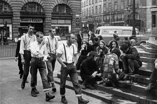 Skinheads en hippies op de treden van de Shaftesbury Memorial Fountain, Picadilly Circus, Londen, 1969. Foto: Terry Spencer, via LondonLearnNew52.
