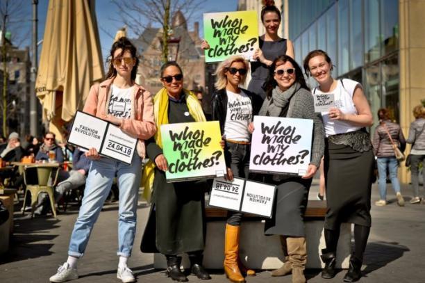 Campagne van Fashion Revolution die mensen oproept aan kledingmerken te vragen waar hun kleding vandaan komt.