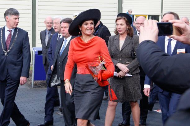 Koning Willem-Alexander en Koningin Maxima tijdens een bezoek in Emmen.