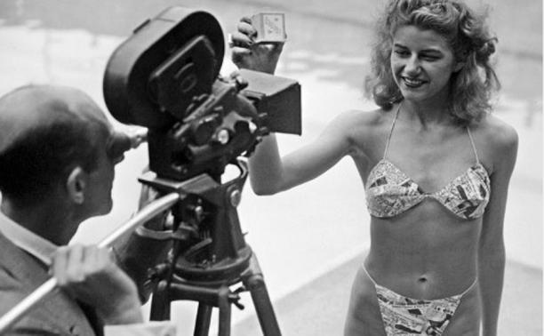 Micheline Bernardini in de eerste bikini in Parijs, 1946. Bron: Vintage Everyday.