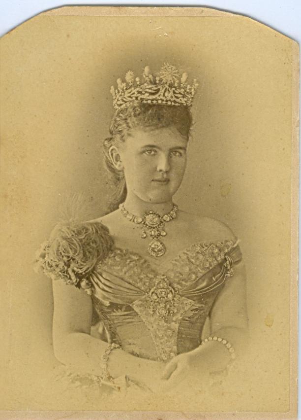 Foto Barraud, Londen 1882. Koningin Emma in gala. Paleis Het Loo, Apeldoorn, collectie GVON