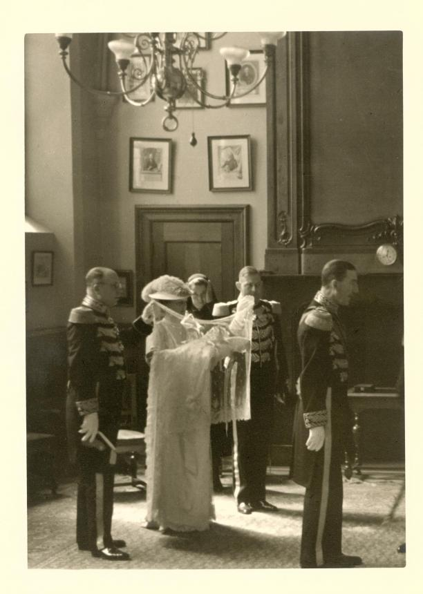 Doopstoet van Prinses Beatrix in de Grote Kerk te Den Haag. Fotograaf onbekend, 1938. Koninklijke Verzamelingen, Den Haag.