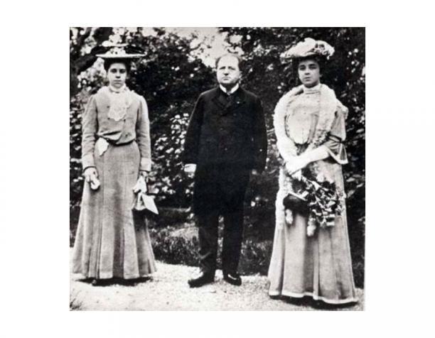 Fotograaf onbekend, 1917. Abraham Kuyper met zijn twee dochters.