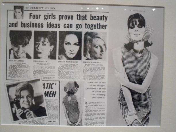 De te bestellen Biba jurk in de Daily Mirror, 1964