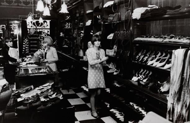 Schoenenafdeling in Big Biba, 1974