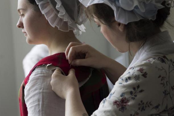 De schouderbanden worden 'op het lijf' aan het achterpand gespeld om te zorgen dat het goed past.