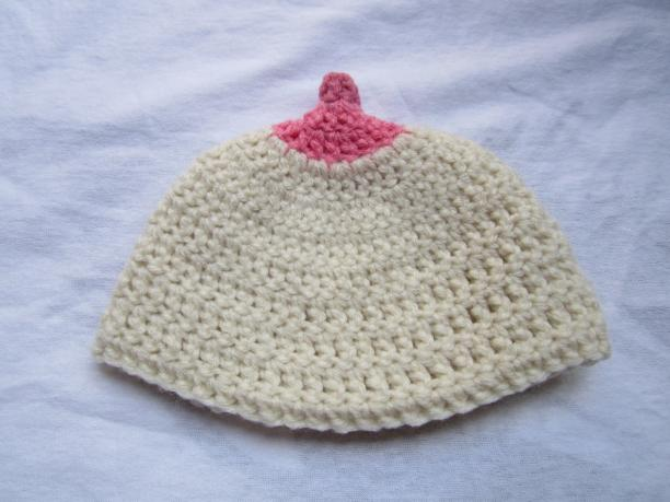 Gehaakte 'boobie beanie' babymutsje, 2012. Bron: Happy Hook Crochet blog.