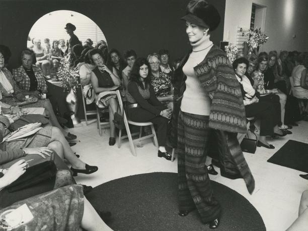 Catherine, de vrouw van Carl Gellings, showt een model, ca. 1972.