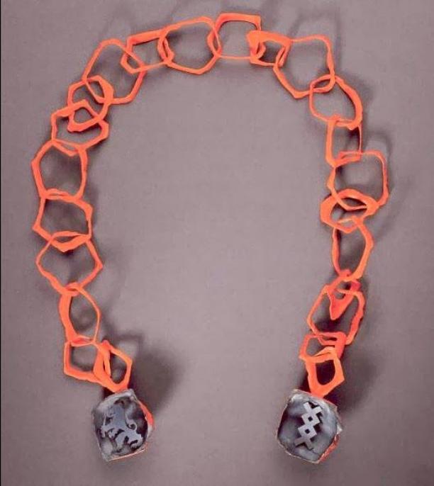 Ruudt Peters, prototype ambtsketen, 2001. Materiaal: zilver en Manie. Collectie Amsterdam Museum