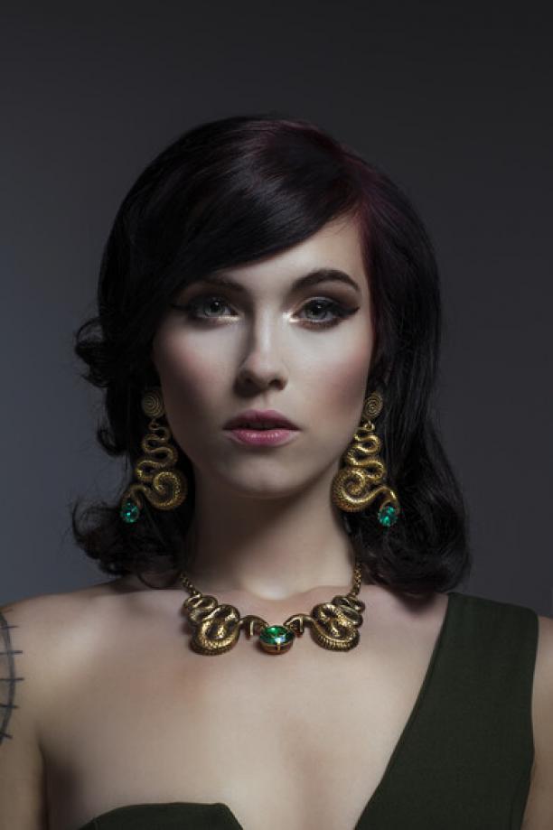 Portret van een jonge vrouw met oorbellen en halssieraad