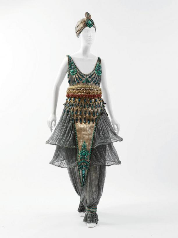 Verkleedkostuum van Poiret uit 1911, waarschijnlijk gedragen tijdens zijn beroemde 1002 nachten feest, collectie The Costume Institute van The Metropolitan Museum of Art in New York (was te zien tijdens 'Art Deco - Paris' in het Gemeentemuseum Den Haag).