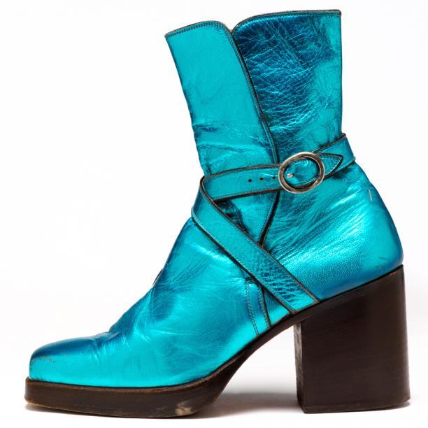 Metallic blauwe laarzen met plateauzool en hoge hak. Gedragen in 1973 door David Bowie.