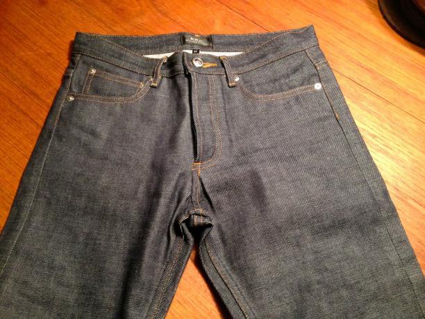 Een ongewassen en ongedragen dry denim spijkerbroek.