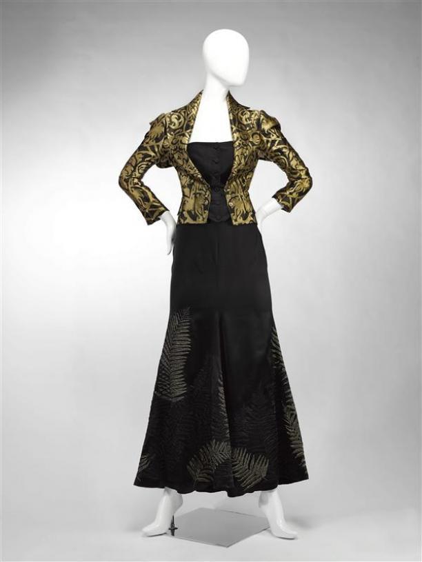 Alexander McQueen, Ensemble bestaande uit avondjasje van zwart en goudkleurig damast en lange avondrok van zwart satijn met borduursel van gouddraad in bladvorm (2006-2007), foto: © Gemeentemuseum Den Haag