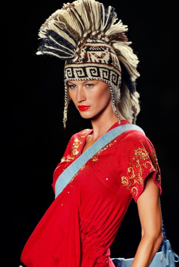 Giselle Bundchen draagt een interpretatie van een chullo. Dior, herfst 2002 (prêt-á-porter). Bron: The New Shape Magazine.