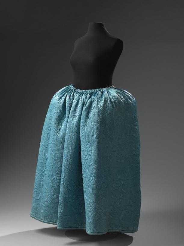 Rok, 1700 - 1799, collectie Amsterdam Museum. Deze doorgestikte, gewatteerde rok was oorspronkelijk geplooid.