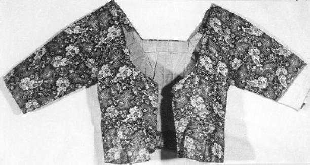Caraco, 1820 - 1840, collectie Amsterdam Museum. Zeeuws jak van bedrukt katoen. De manier waarop het jak gevouwen is in plaats van geknipt en genaaid is typerend voor Zeeuwse kleding. De linkermouw mist een deel.