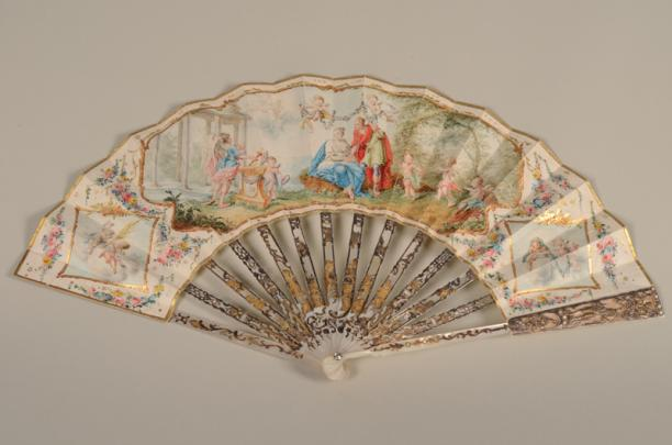 Waaier met paarlemoer, bladgoud en zilver en witleren blad, 1785, collectie Centraal Museum. Op het blad staan een echtpaar vergezeld door Amor en Venus.