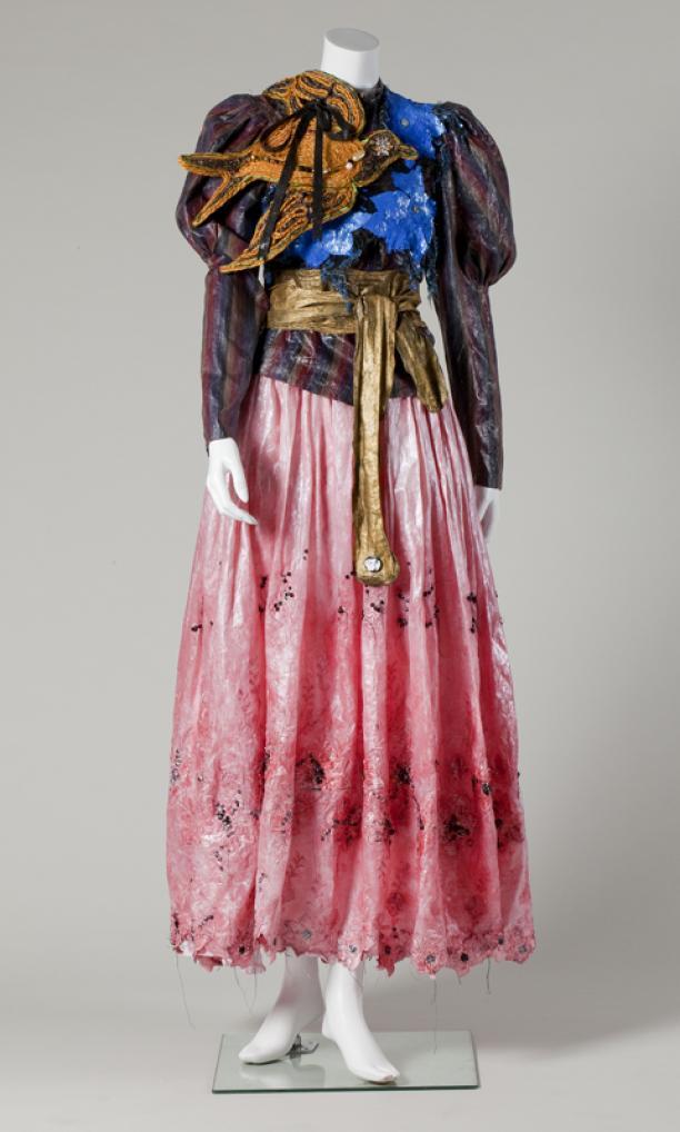 Aico Dinkla, vogeltop en roze rok en riem, collectie Centraal Museum.
