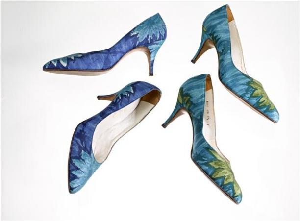 Foto van blauw en turquoise pumps met bloemenprint