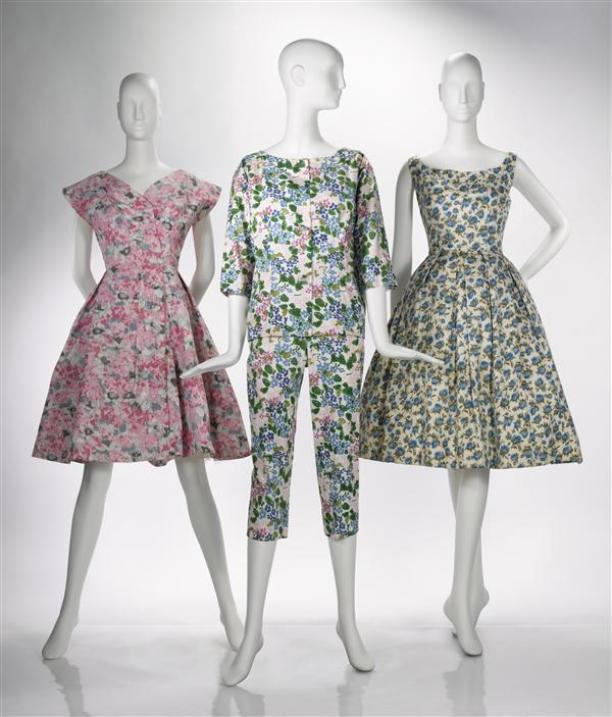 Ensemble, van witte zijde bedrukt met patroon van bloemen in lichtblauw, donkerblauw en roze met groene bladeren, bestaande uit jasje en broek, model 'Fanatique'