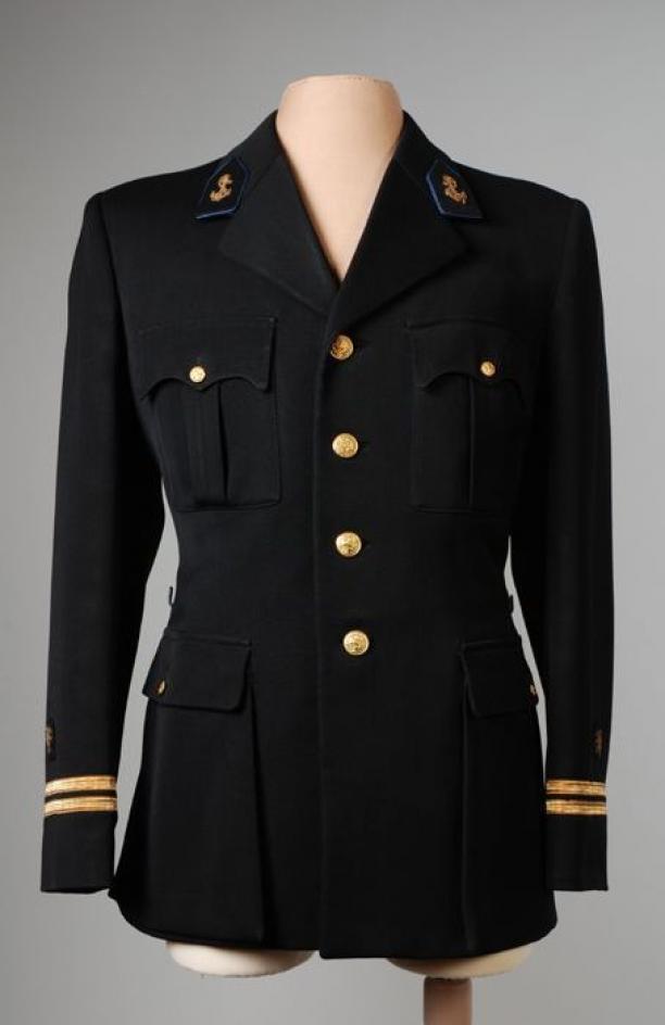 zwarte jas met zilveren knopen