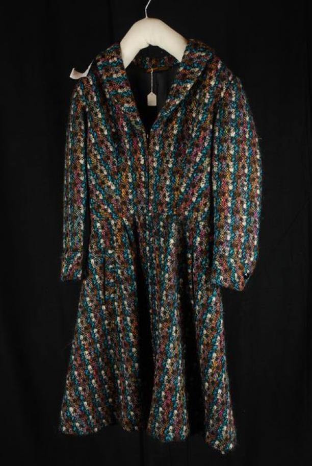 Zwart Witte Winterjas.Knielange Klokkende Winterjas Mantel Van Grove Tweed In Zwart