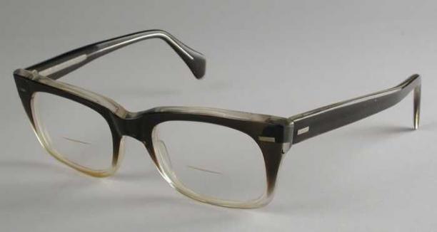 a6aba01fea22d0 Bril met iets rechthoekige maar afgeronde bifocale glazen in een zwaar  montuur van lichtgeel transparant kunststof