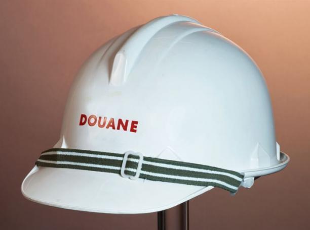 Witte kunststof helm van uniform nederlandse douane modemuze for Douane engels