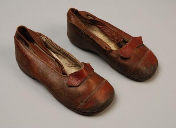 Bruine Kinderschoenen.Bruine Leren Kinderschoenen Met Enkelbandje En Neus En Strik Van
